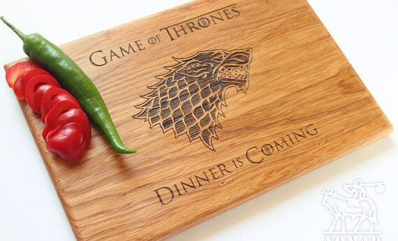 "Drewniana deska do krojenia z symbolem wilkora i napisem ""Game of Thrones. Dinner is Coming."""