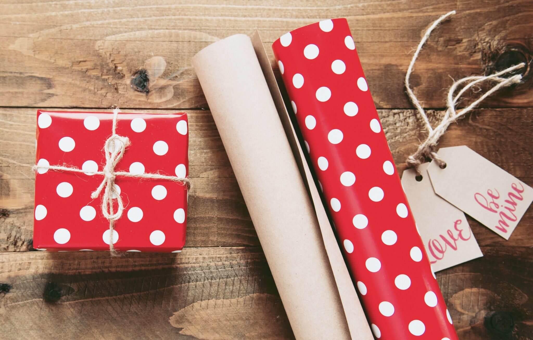Neutralne prezenty, czyli co kupić osobie, której dobrze nie znasz – pomysły na prezent