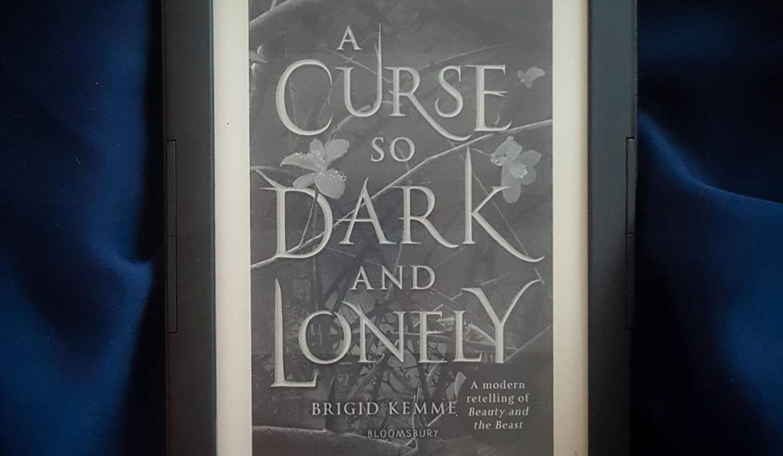 Niezbyt Piękna i Bestia z depresją – A Curse So Dark And Lonely by Brigit Kemmerer [recenzja]