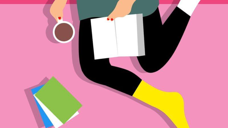 Grafika przedstawająca kobietę czytającą książkę z kubkiem napoju w ręku. Widok z góry. Obok leżą książki.