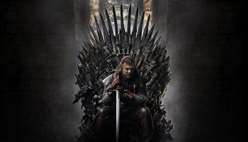 Plakat promocyjny z gry o tron. Eddard Stark siedzący na żelaznym tronie.